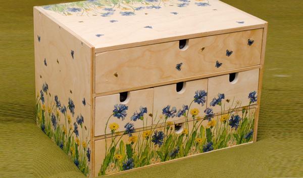 Как украсить мебель из фанеры?