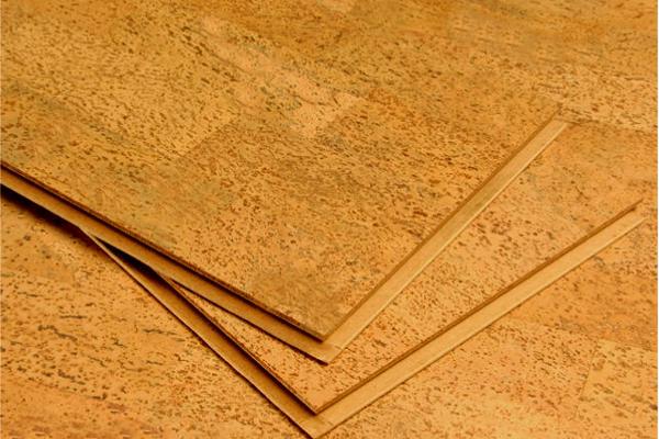 Укладка клеящегося (плиточного) пробкового покрытия
