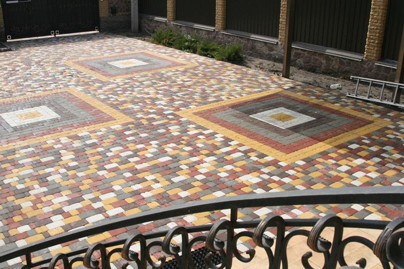 Тротуарна плитка у дворі будинку