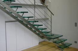 лестница из металла и стекла