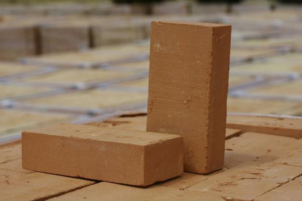 Выбираем из чего строить стены: классический кирпич