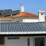 Стеклянная черепица скрывает солнечные батареи